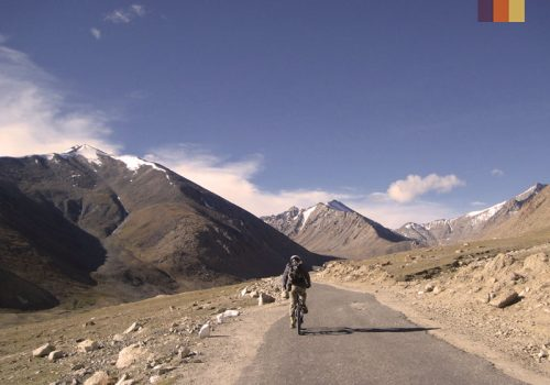Cyclist ride to the Warila pass in India