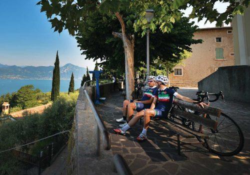2 cyclists look at the Garda Lake
