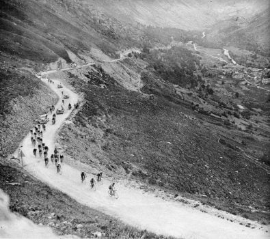 an old photo of the col de l'iseran in 1938 during the Tour de france